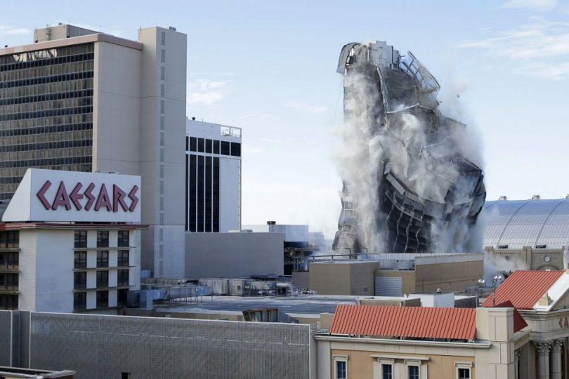 アトランティックシティのトランププラザホテルアンドカジノの解体を大勢の人が応援