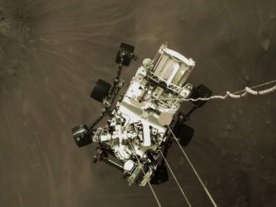Bidh rover Perseverance NASA a 'cur a-mach sùil chruaidh air Mars a' tighinn air tìr