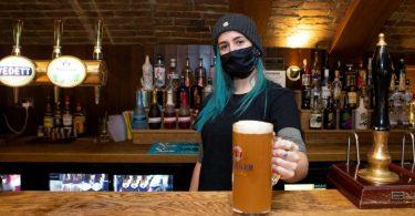 Predložena zabrana alkohola COVID-19 izaziva galamu među Britanima koji su izgladnjeli u pubu