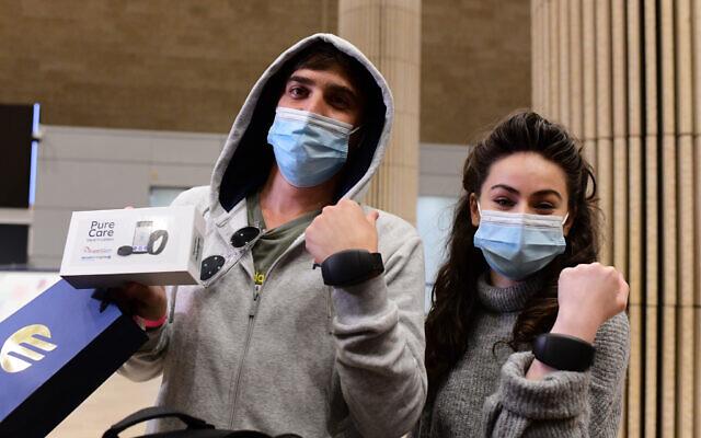 دستبندهای آزادی: دستگاه های ردیابی جایگزین هتل های قرنطینه در اسرائیل می شوند
