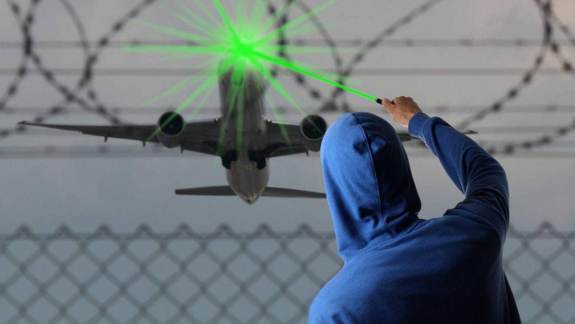FAA: Laserski udari se povećavaju čak i kada leti manje aviona