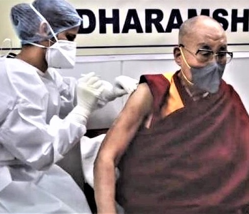 Dalai Lama recebe vacina COVID-19 e pede coragem