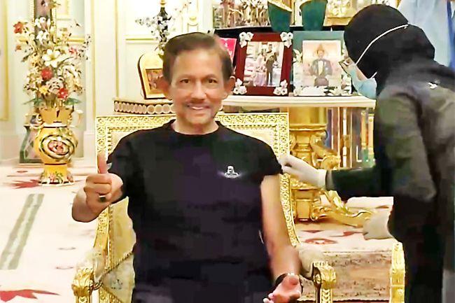 Sultán z Bruneje dostává svůj první vakcínový snímek COVID-19