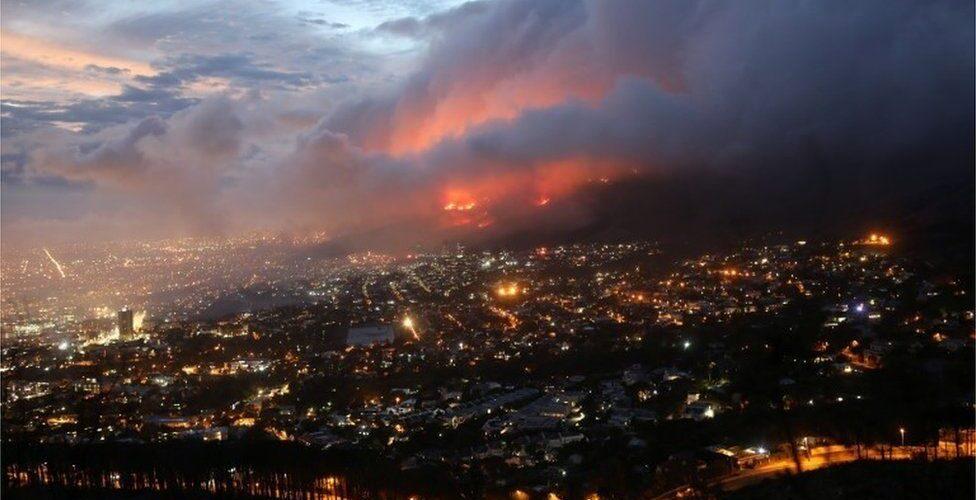 Residentes da Cidade do Cabo evacuados enquanto um grande incêndio na Table Mountain se intensifica em