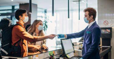 Pandemic COVID-19: Bliain ina dhiaidh sin, déanann tionscal na n-óstán athchalabrú, athmheasúnú