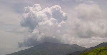 Karibiske øya St. Vincent evakuert etter vulkanutbrudd