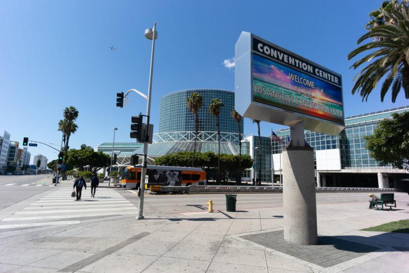 로스 앤젤레스, 최대 300 명의 회의 재개