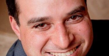مرد اوتیستیک پس از واکسیناسیون COV دوم با خوشحالی می رقصد