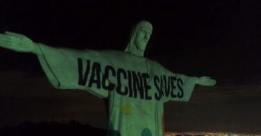 Penginjilan vaksin: Christ's the Redeemer Rio menyala dengan tanda Vaccine Saves