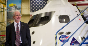 Ke iho nei ʻo Johnson Space Center Director