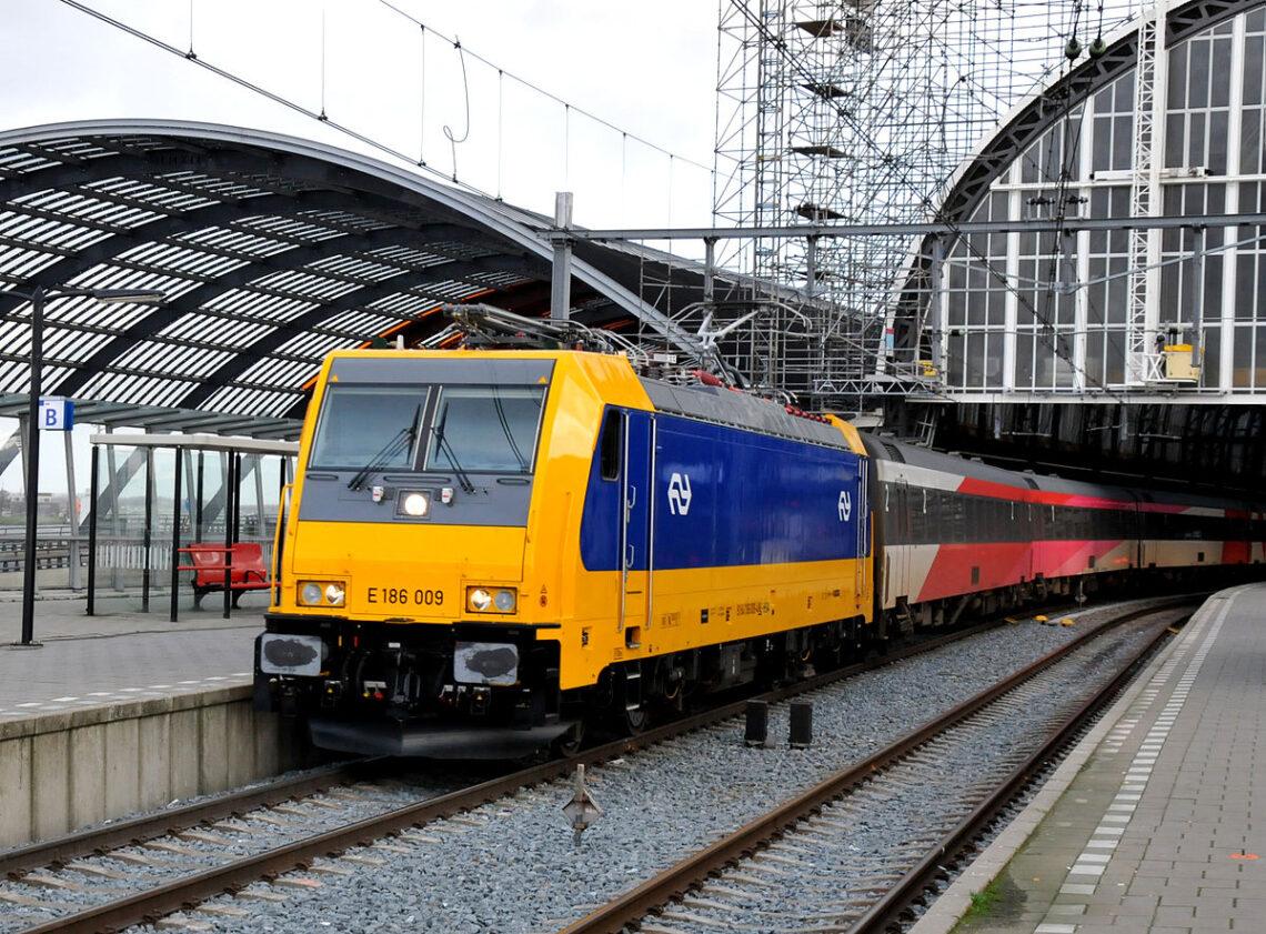 Kaoso en Nederlando ĉar trajnotrafiko haltis tra la lando
