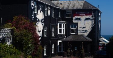 Un hôtel loufoque au Royaume-Uni interdit les `` vaxholes '', `` maskholes '' et `` moutons ''
