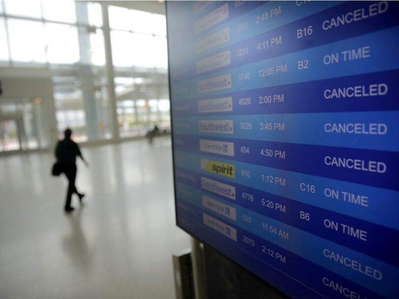 Amerikanske flyselskabers omsætning faldt næsten 50% i 2020
