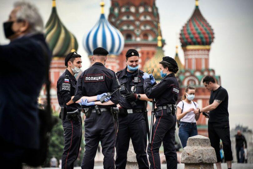 د مسکو حکومت د تروریستي برید ګواښونه ترلاسه کوي ، د COVID-19 محدودیتونو ختمولو غوښتنه کوي
