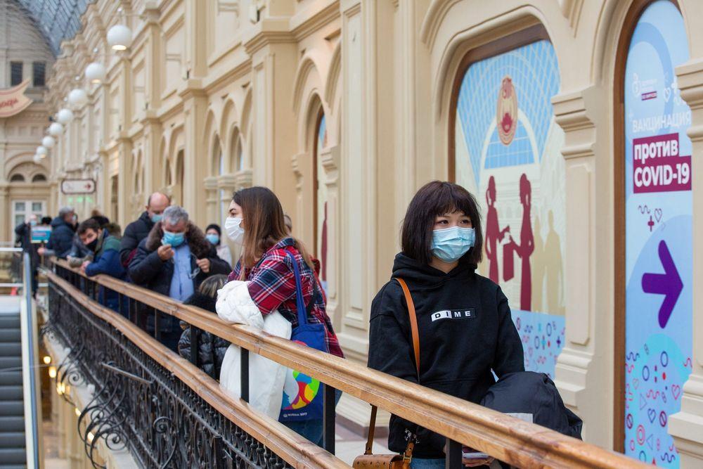 Pruvo de vakcinado kontraŭ COVID-19 nun necesas por viziti moskvajn restoraciojn kaj trinkejojn