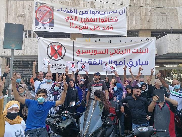 A tüntetők megrohamozzák a bejrúti bankot, felszabadítják a libanoni emberektől az ellopott 180 ezer dollárt