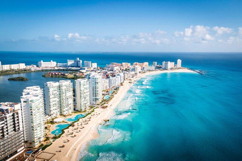 Mexikaanse Karibiese Eilande vier een jaar van heropening