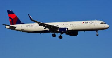 Un vol Delta effectue un atterrissage d'urgence après qu'un passager indiscipliné a fait des menaces terroristes et tente d'ouvrir la porte en l'air