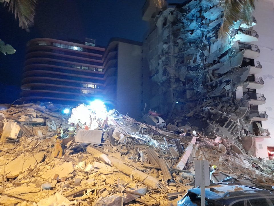 フロリダ州サーフサイドの倒壊した建物
