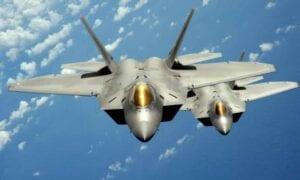 हवाई के बीच में विमान के लिए लड़ाकू जेट विमानों को उतारा गया