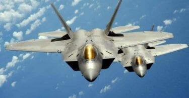 Os avións de combate subiron aos avións a medio camiño de Hawai