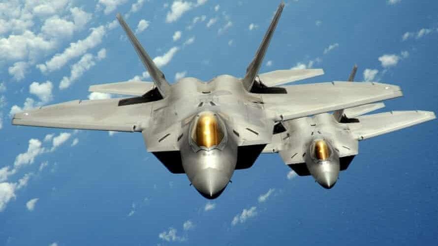 Avionët luftarakë u nisën për në avion në mes të rrugës për në Hawaii