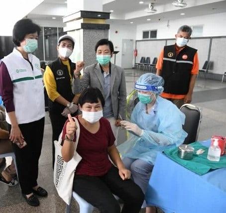 Bangkok-oficialuloj malesperas enhavi COVID-19