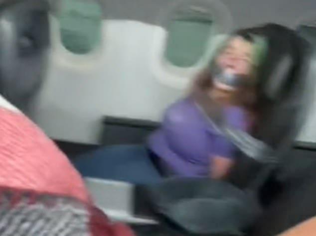 Penumpang American Airlines nyoba mbukak lawang tengah, nyokot pramugari, saluran sing direkam ing kursine