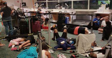 ათასობით ადამიანი დაბლოკილია, რადგან Spirit Airlines- მა გააუქმა თითქმის 300 რეისი