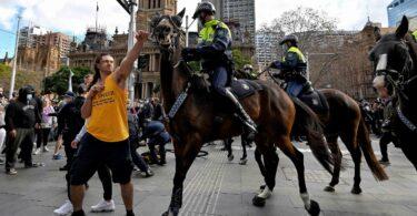 W Sydney i Melbourne wybuchają gwałtowne protesty uliczne, setki aresztowano