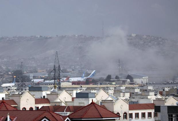 카불 공항에서 첫 번째 폭탄 테러로 13명이 사망한 후 두 번째 폭발이 보고되었습니다.