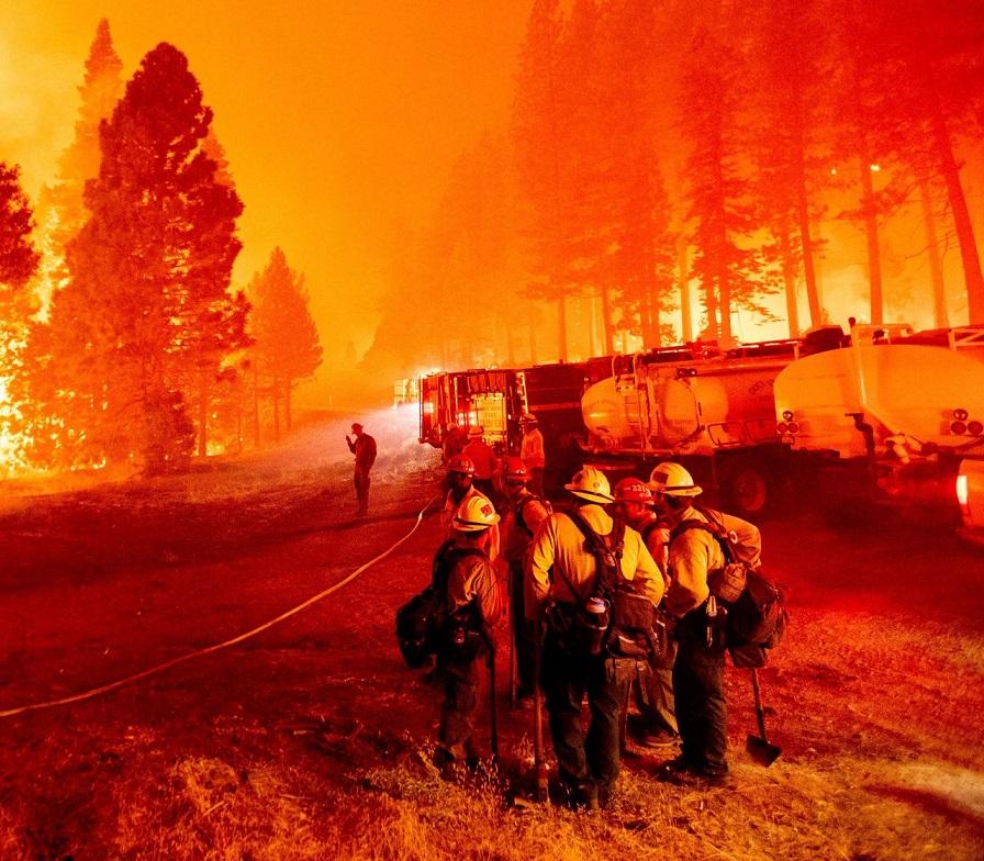 Une ville californienne entière évacuée au milieu de stations balnéaires en flammes et de tornades d'incendie