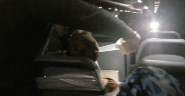 Pasażer Rowdy Frontier Airlines przyklejony taśmą do siedzenia