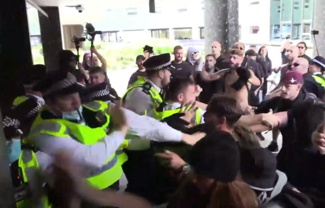Manifestanti Violenti Anti-Vax Storm BBC Studios di Londra