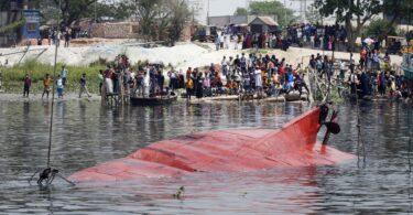 Polo menos 21 mortos, decenas de desaparecidos no desastre do barco en Bangladesh