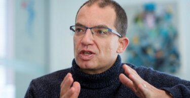 الرئيس التنفيذي لشركة موديرنا: سينتهي جائحة كوفيد -19 منتصف عام 2022
