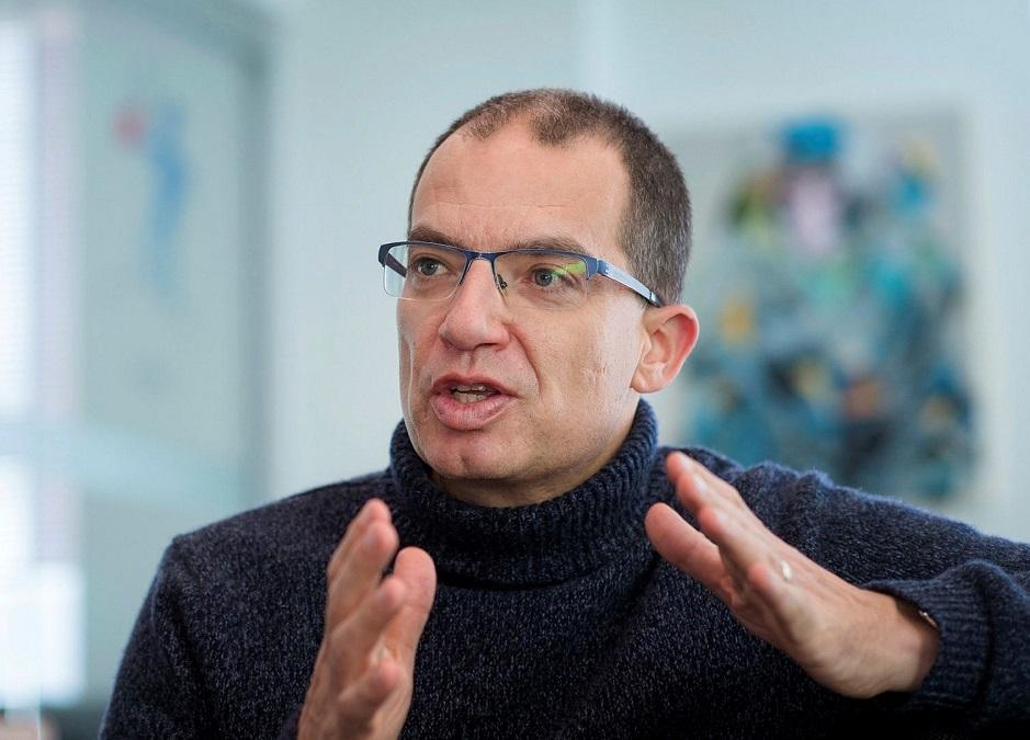 Moderna administrerende direktør: COVID-19-pandemien vil ende i midten av 2022