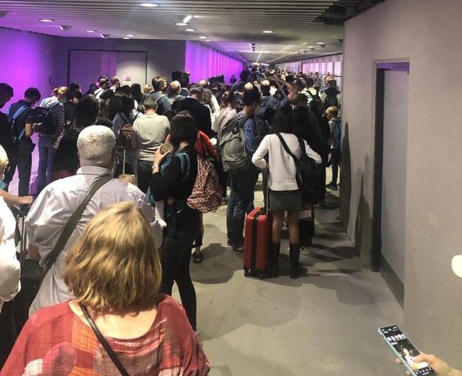 الفوضى في مطار هيثرو: حشود ضخمة تطغى على المطار الذي يعاني من نقص في الموظفين