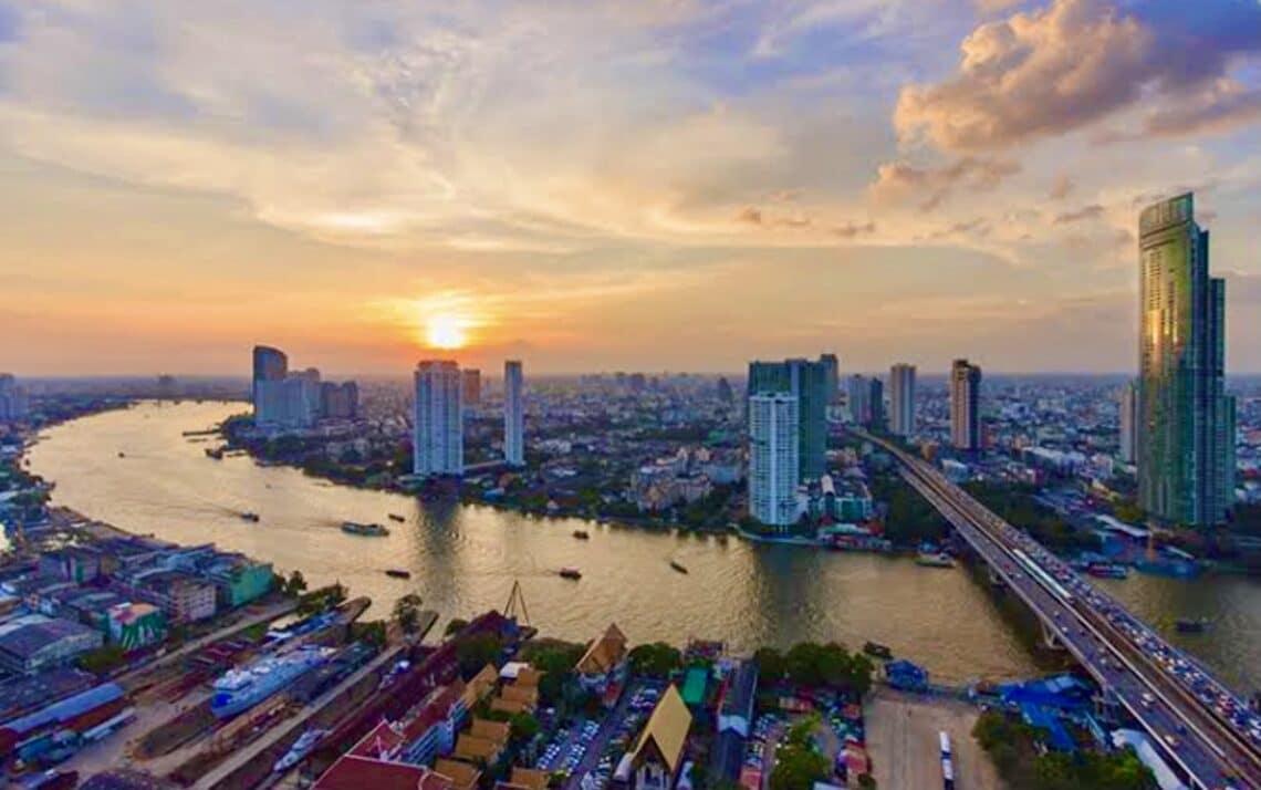 Xayiraadaha ayaa laga fududeeyay Bangkok maaddaama tirooyinka COVID ay hoos u dhaceen 30%