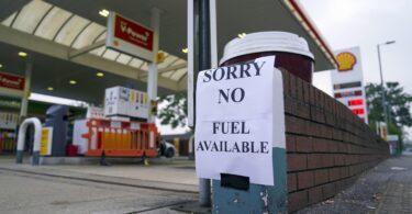 ब्रिटेन के 90% गैस पंप घबराहट में खरीदारी के कारण सूखे हैं