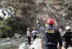 32 mortintoj, 20 vunditoj dum aŭtobuso falas de klifo en Peruo