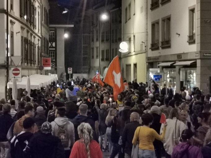 İsviçre'de COVID-19 pasaportları yüzünden şiddetli isyanlar çıktı