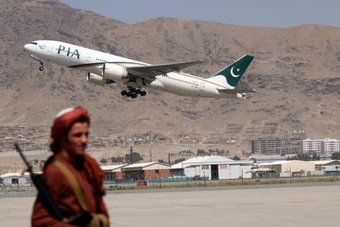 أول رحلة ركاب أجنبية قادمة من إسلام أباد تهبط في مطار كابول