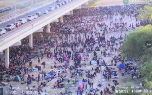 ФАА поставља зону забрањеног лета преко моста у Тексасу, препуну 10,500 илегалних миграната