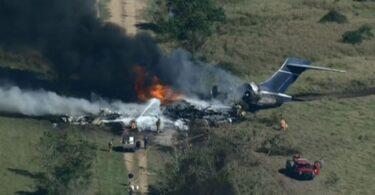 Техас мужид зорчигч тээврийн онгоц осолдож, түлэгдэж, 21 хүн амьд үлджээ.