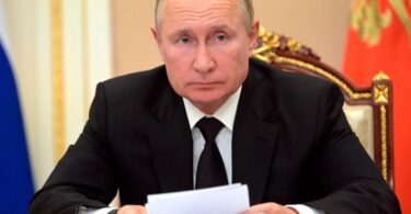 """Орос улс COVID-19-ийн нас баралт ихэсч байгаатай холбогдуулан үндэсний """"ажлын бус долоо хоног"""" -ыг зарлав."""