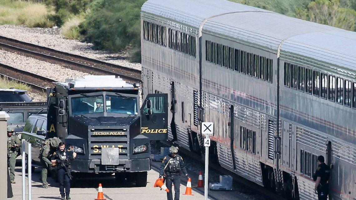 Ob tus neeg tuag, ob leeg raug mob hauv Arizona Amtrak tua