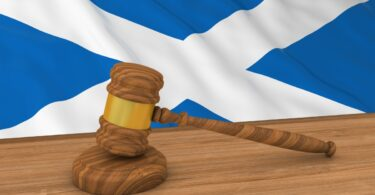 Dadgerê Skotlandî gazincên klûbên şevê ji pasaporta COVID-19 re avêt